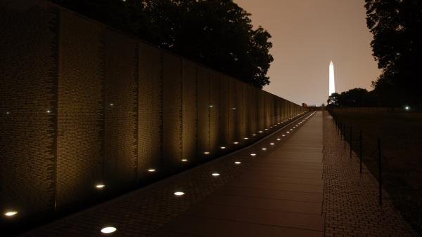 DC_VietnamMemorial_signature_courtesyTNM_2007_01.jpg