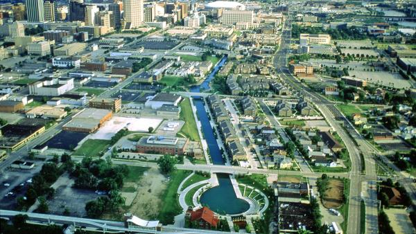 IN_Indianapolis_CanalWalk_03_CourtesyofSasakiAssociates_2009.jpg