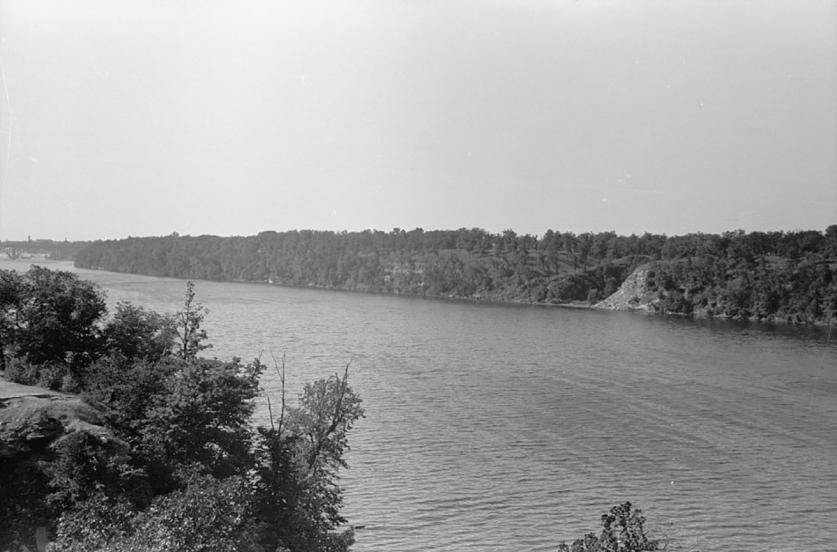 MN_Minneapolis_Mississippi River_LOC_JohnVachon_1939_001_sig.jpg