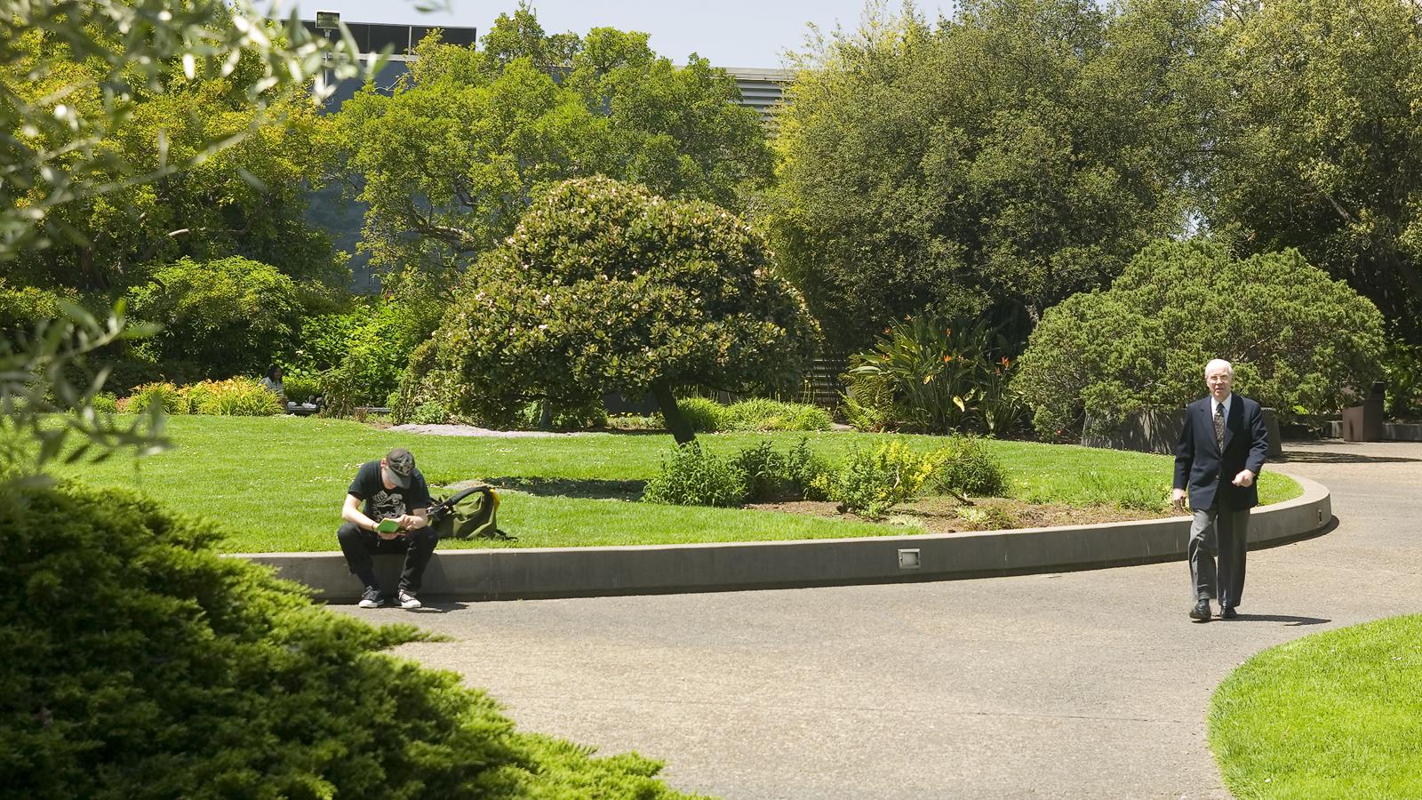 CA_Oakland_KaiserCenterRoofGarden_signature_TomFox_2008_06.jpg
