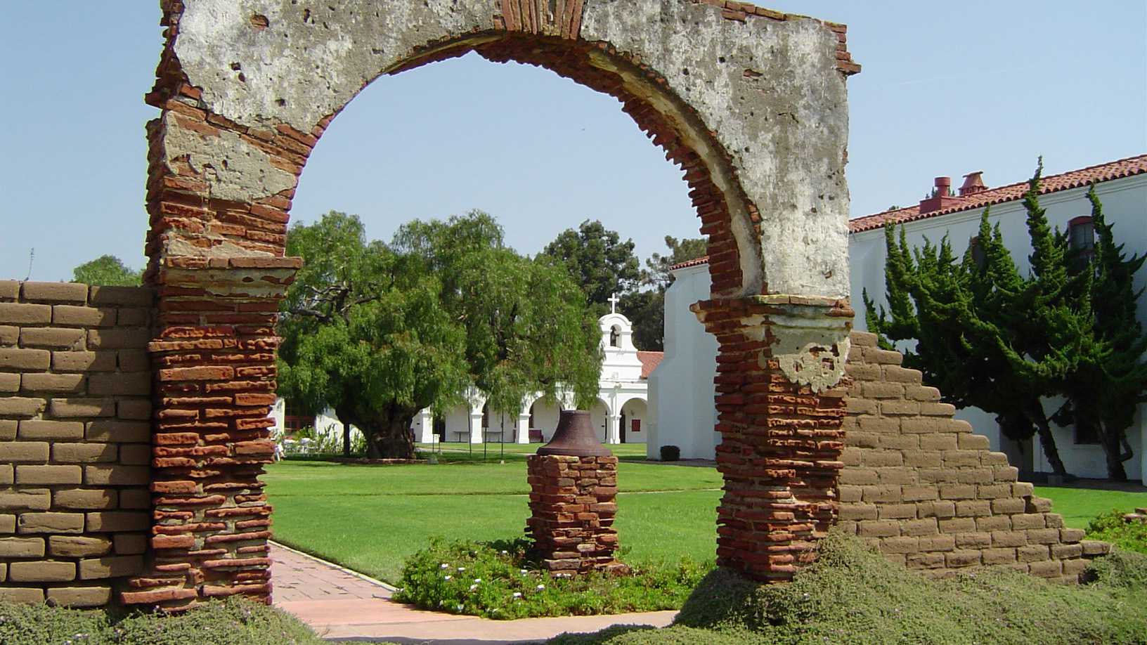 CA_SanDiego_Mission_San_Luis_Rey_de_Francia_UserGeographer_WikimediaCommons_006_sig.jpg