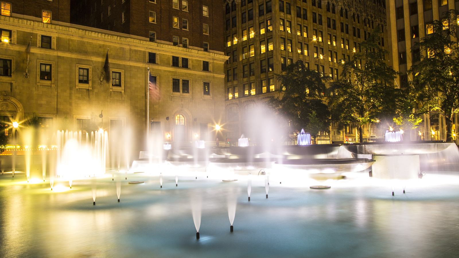 PA_Pittsburgh_MellonSquare_signature_copyrightJohnAltdorfer_2014_03.jpg