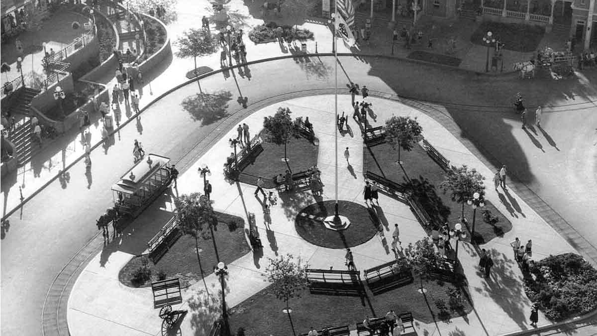 Shellhorn-Ruth_Disneyland town square 1955.jpg